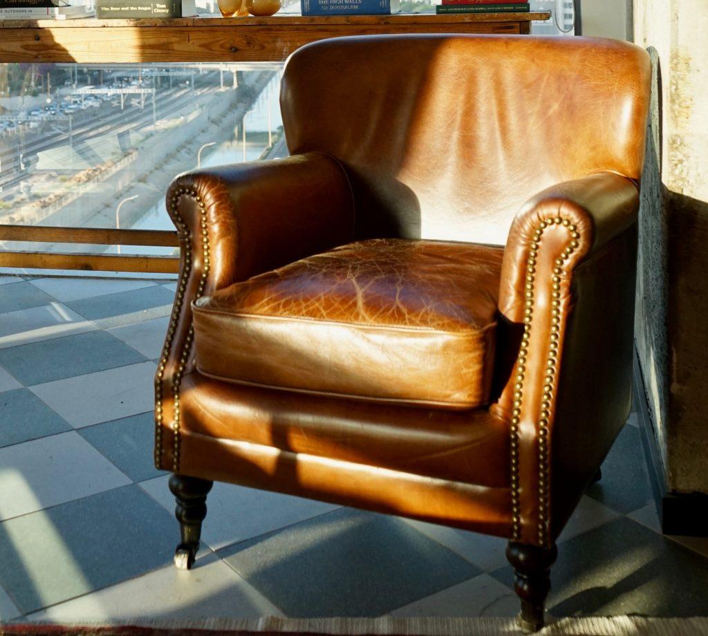 Comment nettoyer un fauteuil club en cuir ?